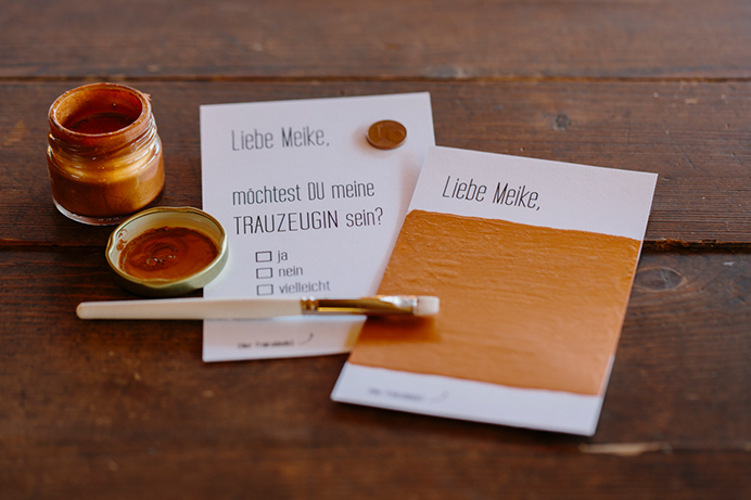 DIY-Rubbelkarte: Pinsel, Farbe und Karte