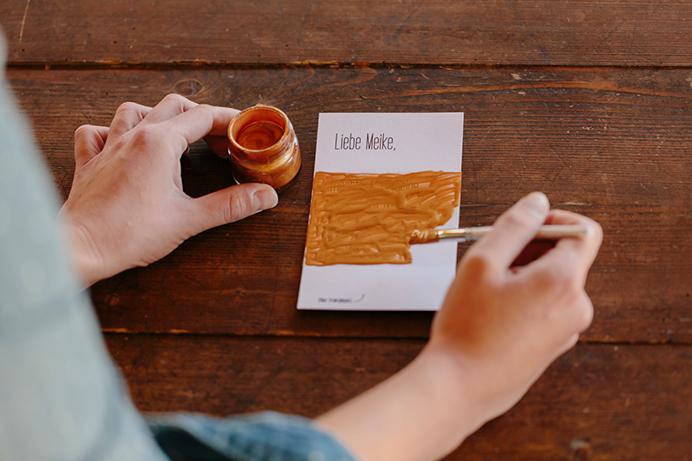 DIY-Rubbelkarte: die Karte wird bemalt