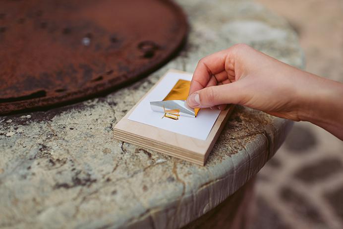 DIY Papeterie mit Goldfolie: Transferfolie wird abgezogen
