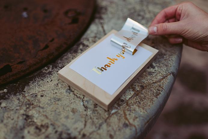 DIY Papeterie mit Goldfolie: Transferfolie ist fast abgezogen, Gold bleibt auf der Schrift