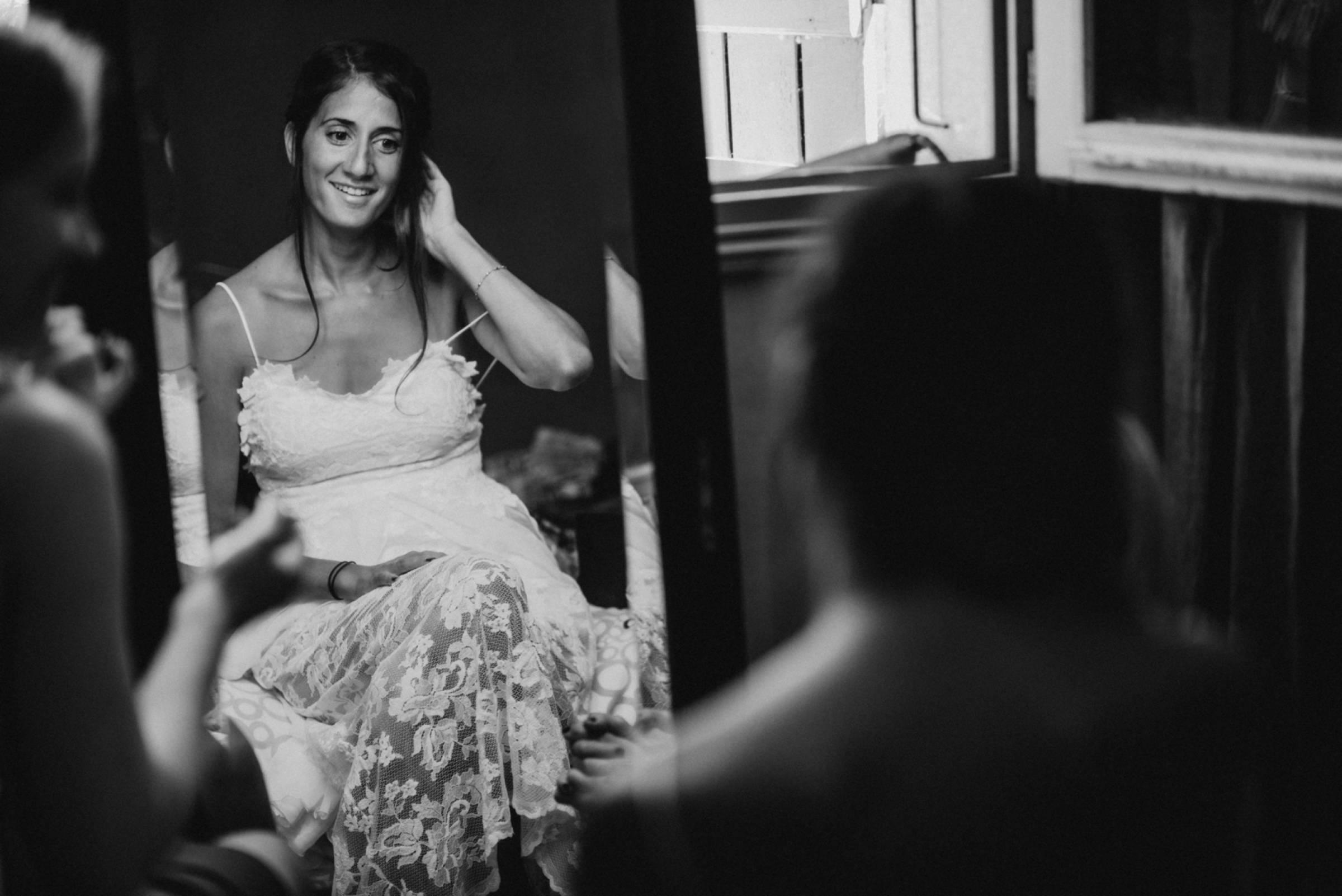 Braut betrachtet sich im Spiegel vor der Hochzeit