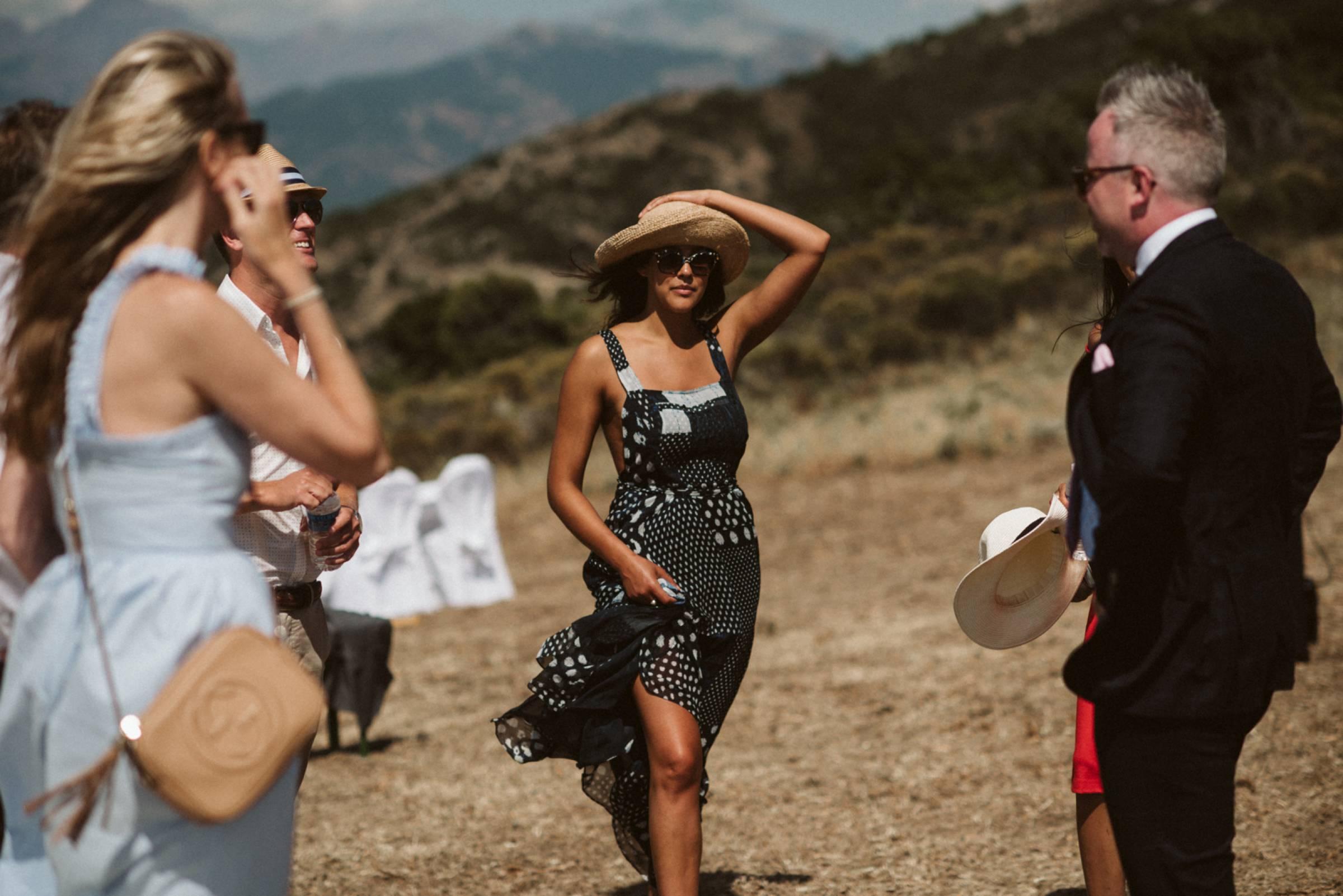 Gäste auf der Hochzeit in den Bergen Korsikas