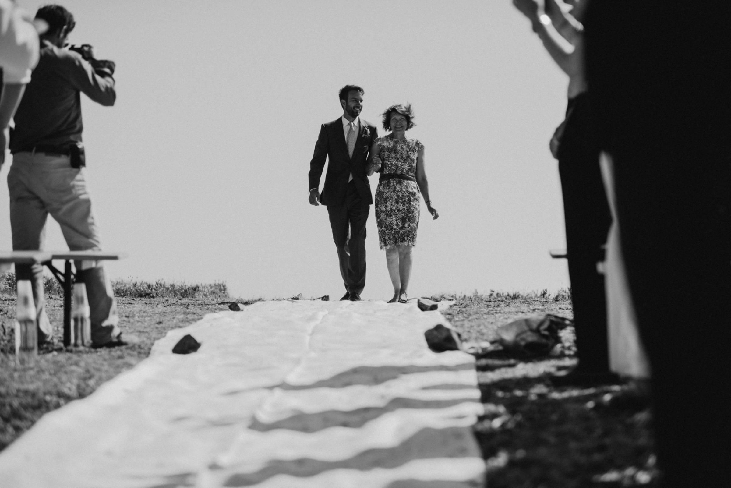 Bräutigam und Mutter beim Einlaufen zur Hochzeitszeromonie