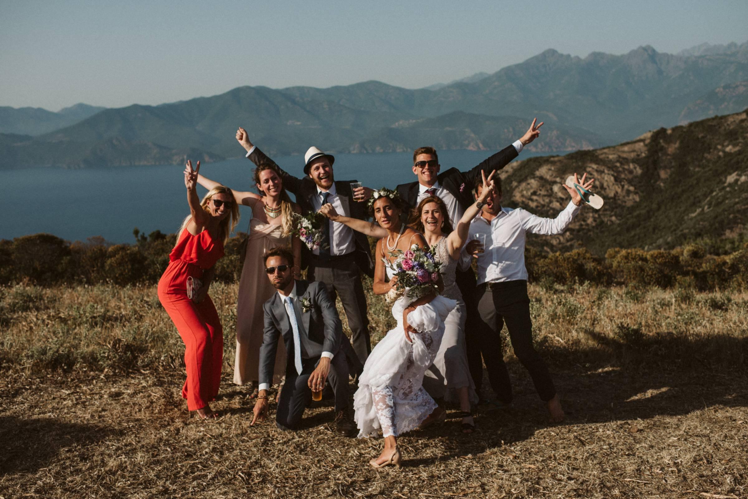 Lustiges Gruppenbild in einer herrlichen Landschaft