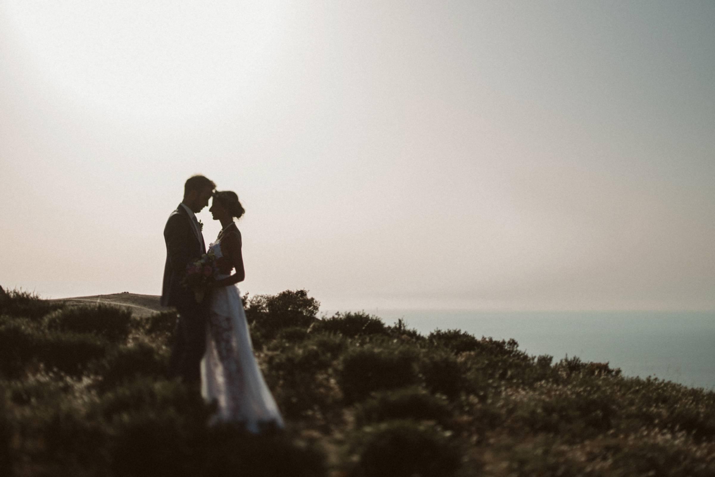 Brautpaarbild in der Natur im Gebirge von Korsika