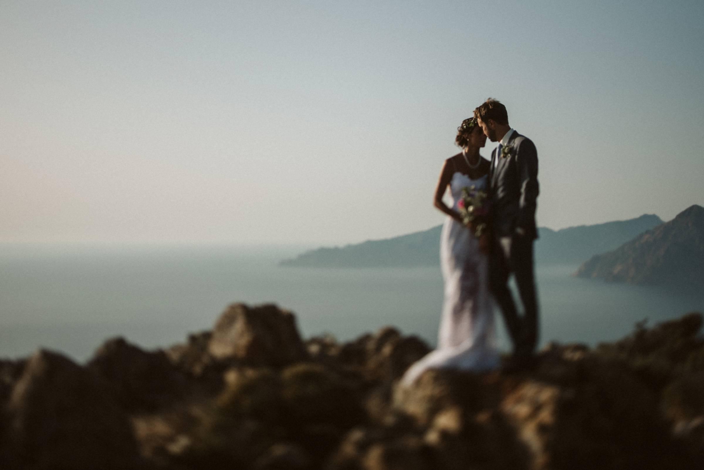 Verliebtes Brautpaar vor einem Panorama aus Küste und Mittelmeer