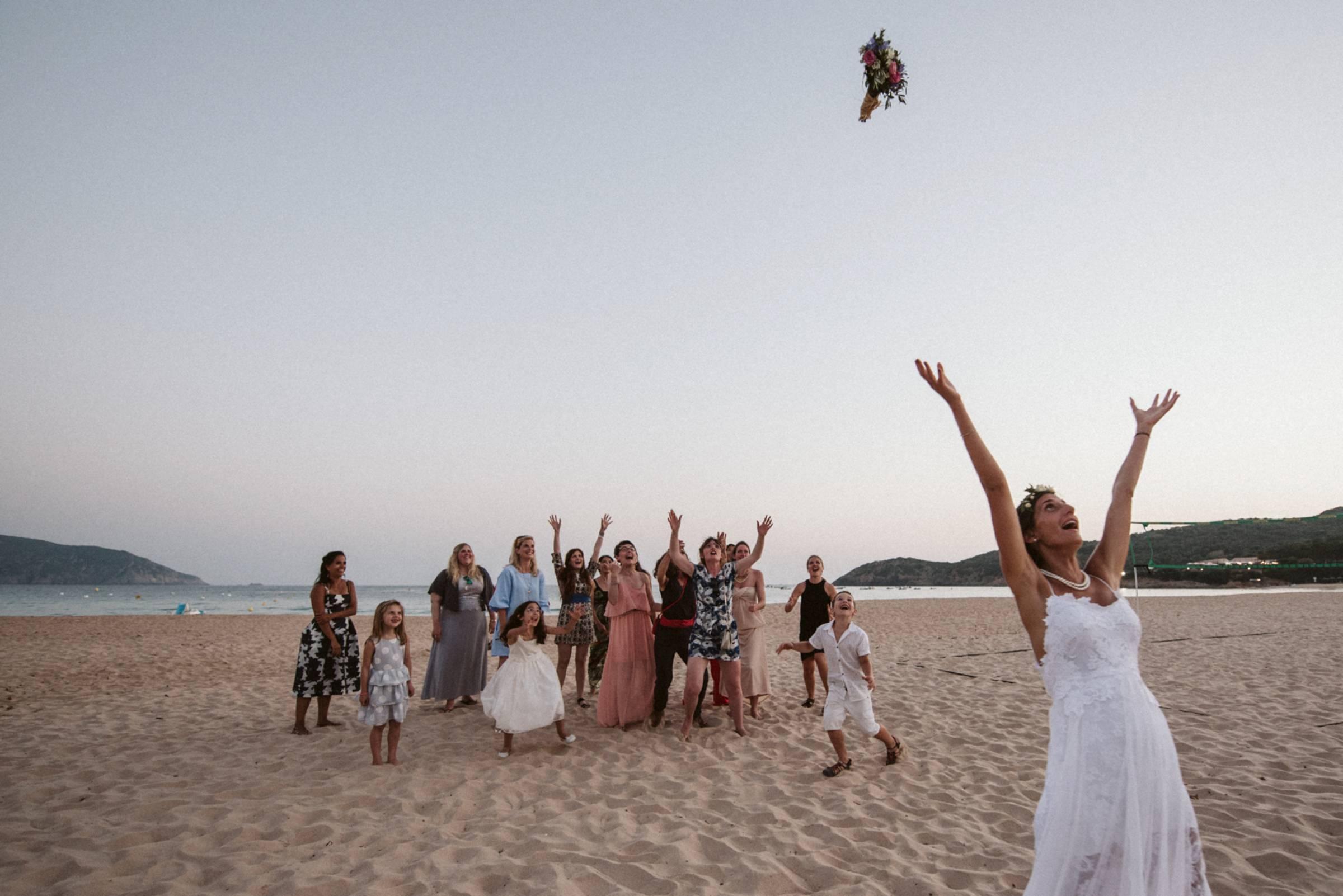 Brautstraußwerfen am Strand von Piana auf Korsika