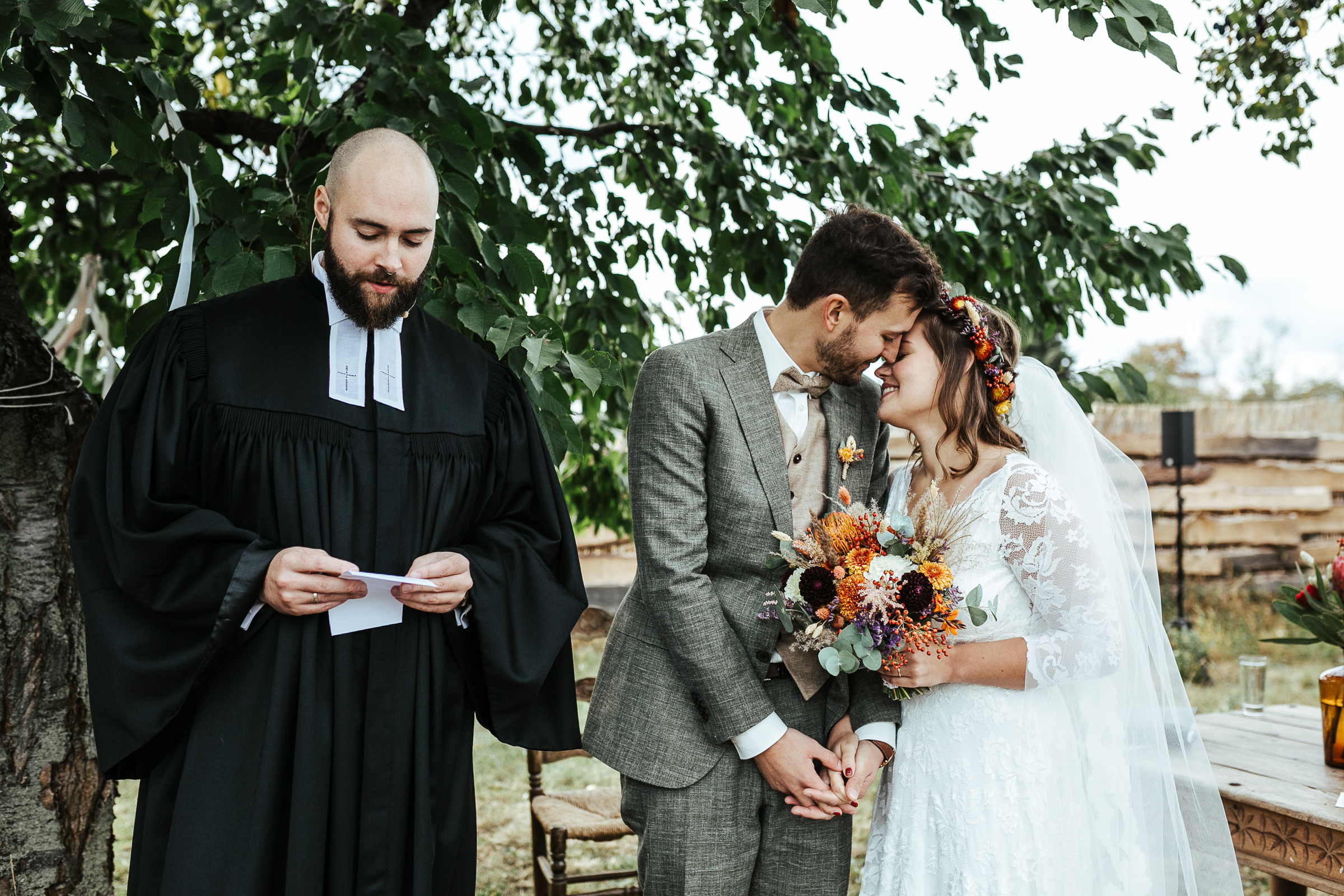 Blumenschmuck von Kopflegenden: Brautpaar vor dem Altar