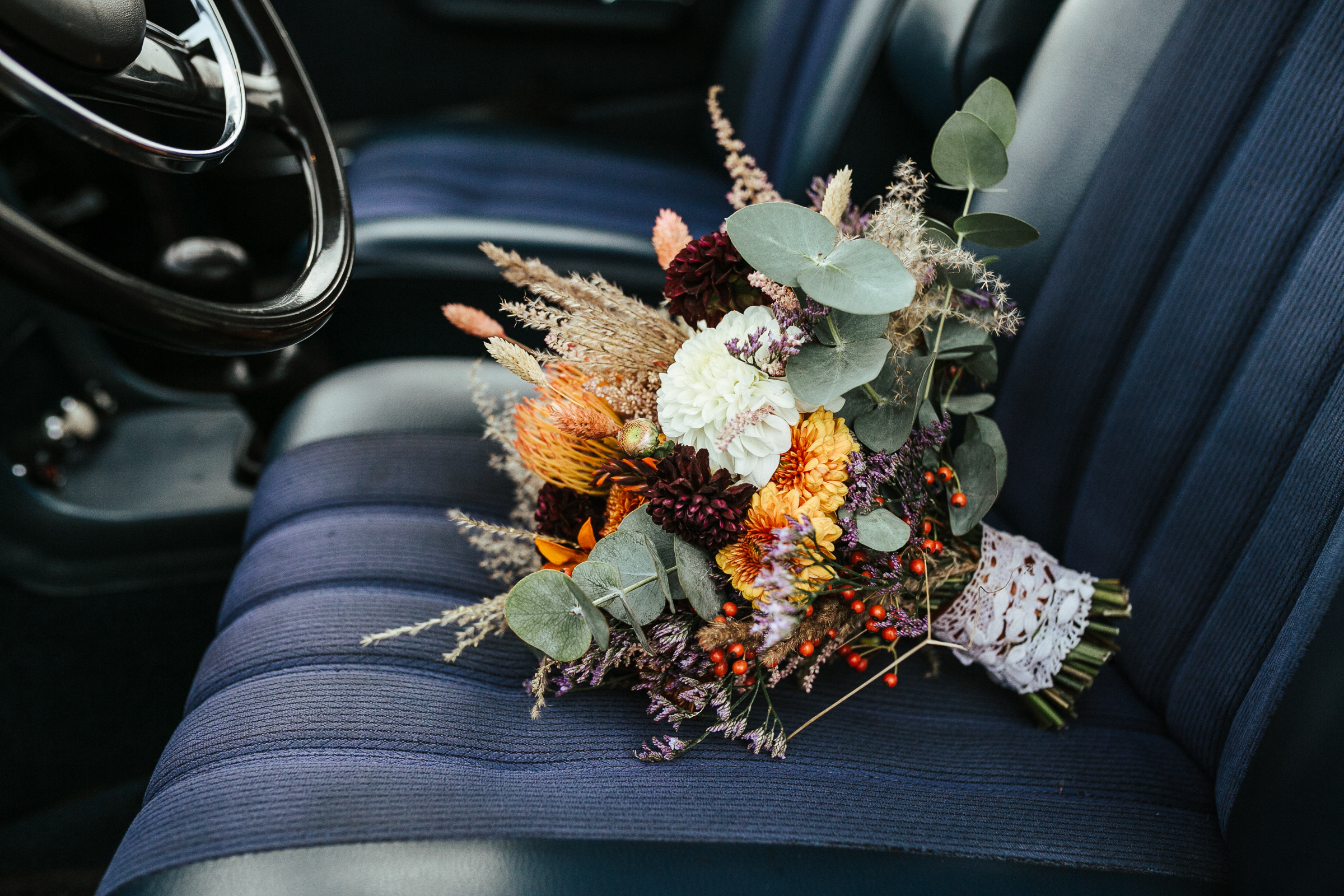 Blumenschmuck von Kopflegenden: Brautstrauß auf dem Autositz