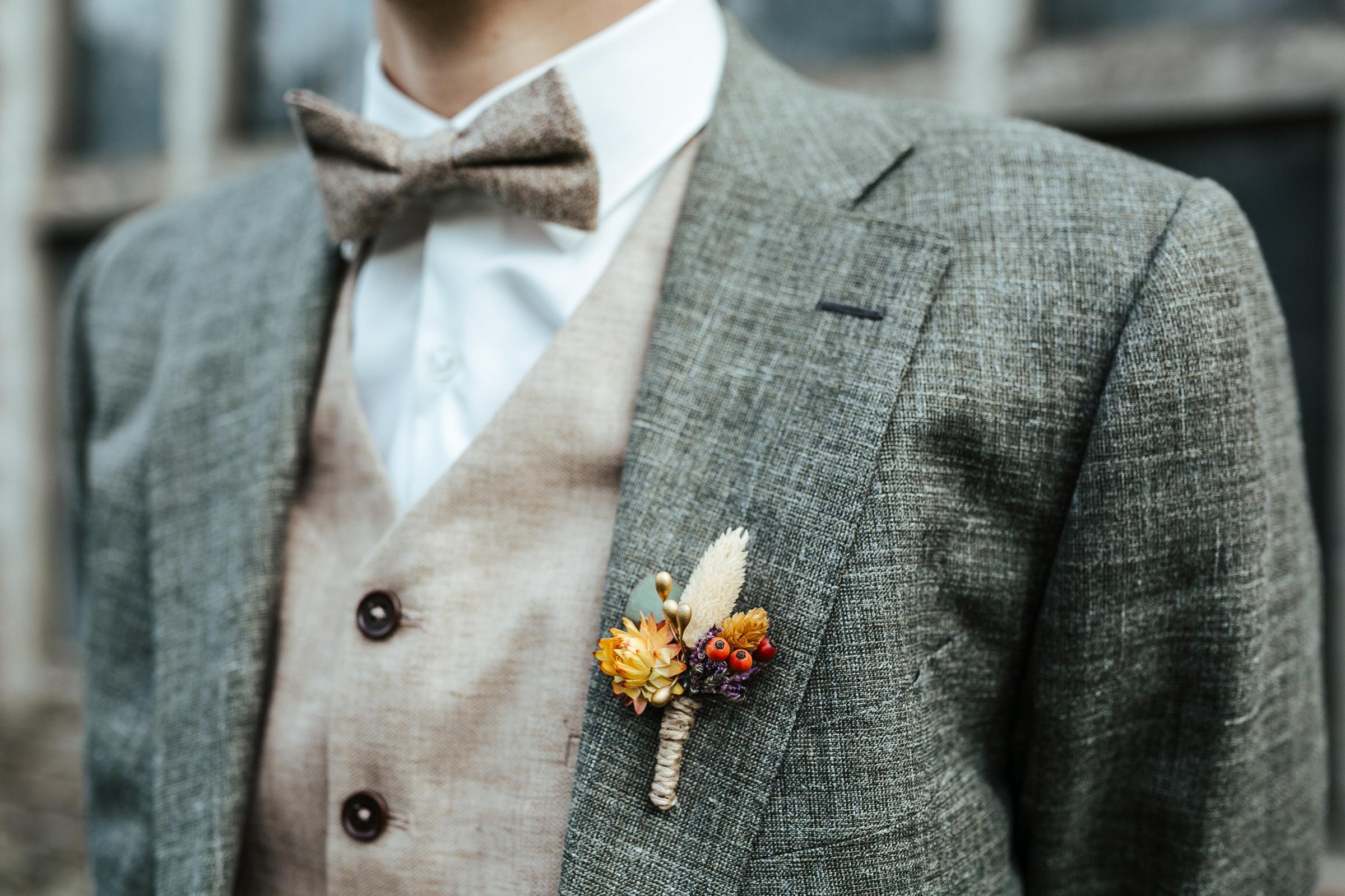 Blumenschmuck von Kopflegenden: Blumenschmuck für den Bräutigam