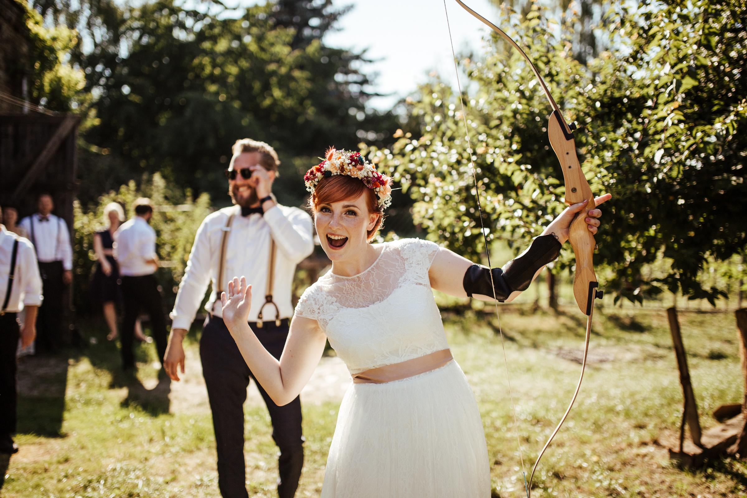 Blumenschmuck von Kopflegenden: Braut mit Pfeil und Bogen