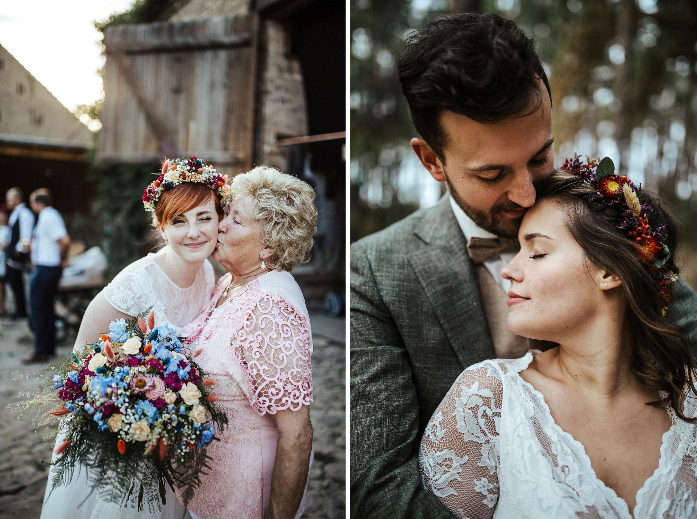 Blumenschmuck von Kopflegenden: Braut mit Oma und Brautpaar in enger Umarmung